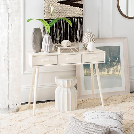 Entry way table. How to decorate your entry way table.